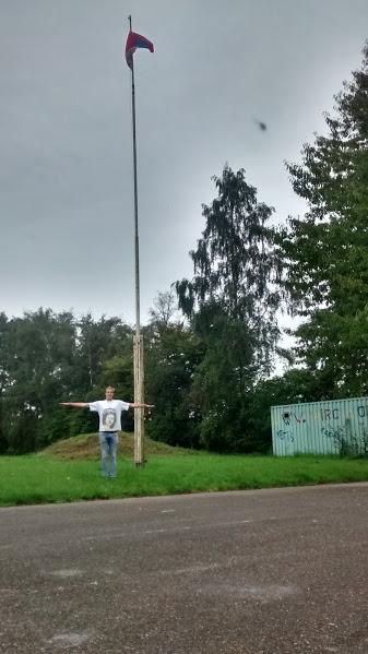 Hoe hoog onze vlaggenmast is? ... Hoog